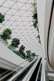 Interior de un aeropuerto con escaleras