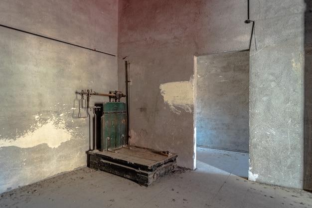 Interior de un almacén abandonado.