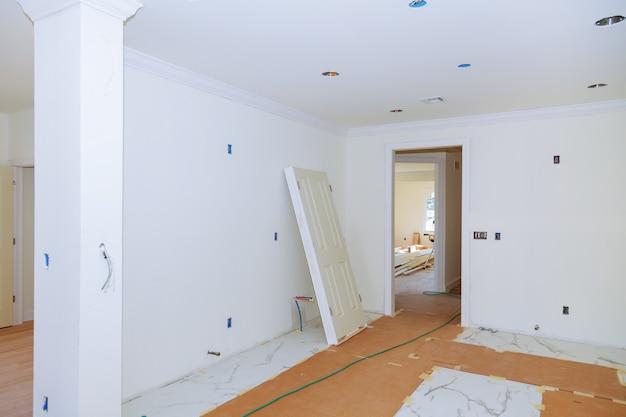 Interior del apartamento blanco, vista de las habitaciones.