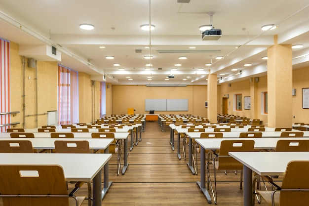 Interior de audiencias universitarias vacías, aula de escuela moderna.