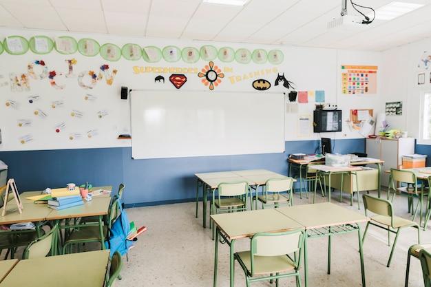 Interior del aula de la escuela con pizarra