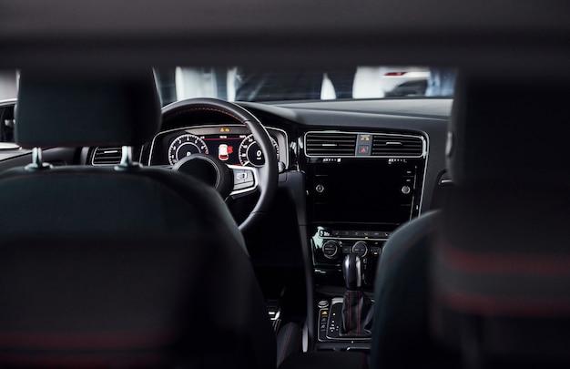 Interior de un automóvil nuevo de lujo con motor encendido.