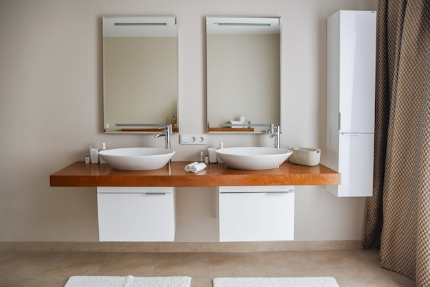 Interior de baño contemporáneo, gran diseño.