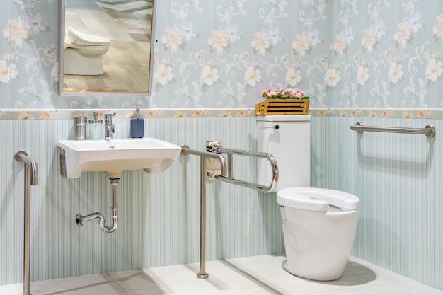 Interior de baño para discapacitados o personas mayores. pasamanos para discapacitados y personas mayores en el baño.