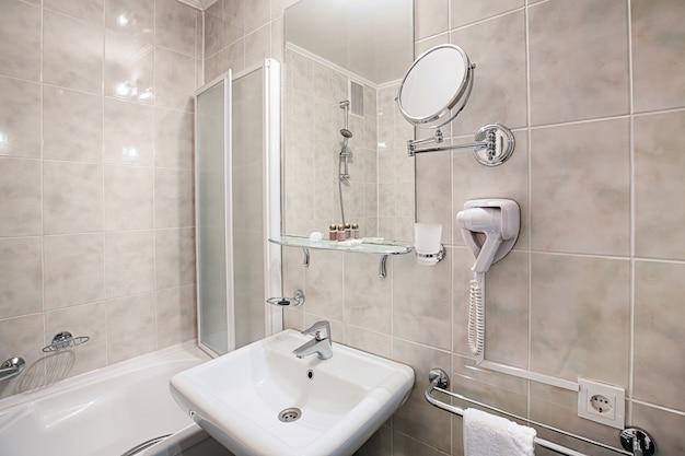 Interior del baño de un hotel moderno.