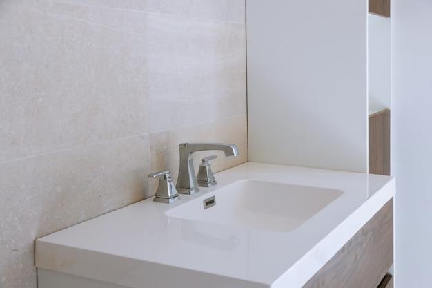 Interior de baño con lavabo y grifo.