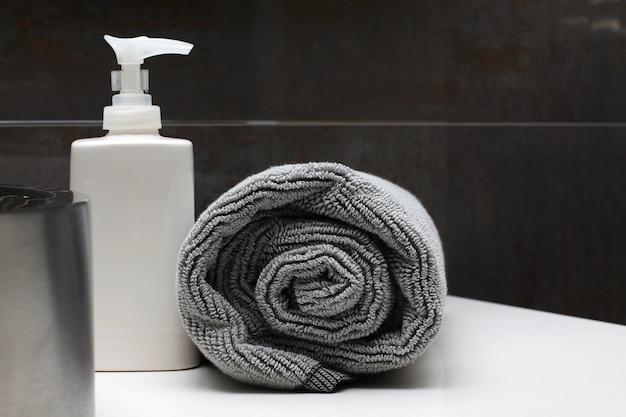 Interior de baño de lujo, jabón y toalla.