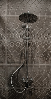 El interior de un baño moderno con ducha, contra la pared con hermosos azulejos.
