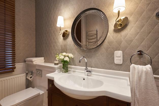Interior de baño moderno con muro de piedra