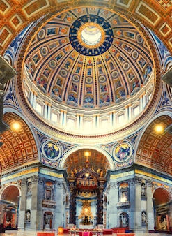 Interior de la basílica de san pedro en roma