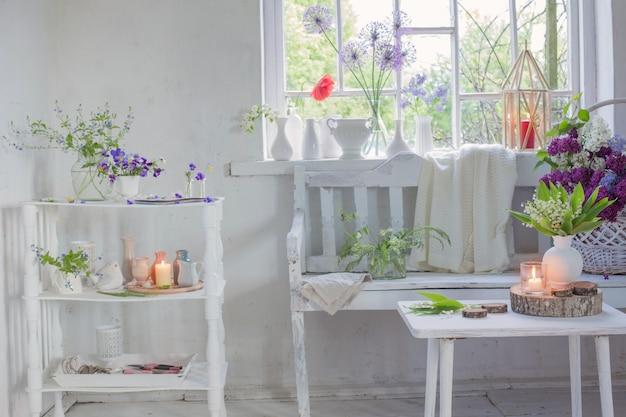 Interior blanco vintage con flores