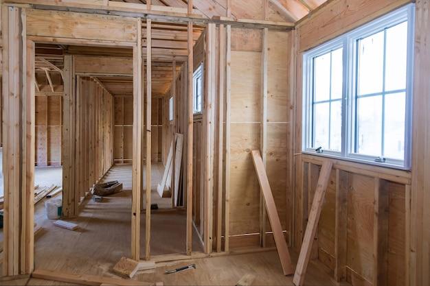 Interior de una casa de construcción dentro de un marco en el marco de vigas residenciales nueva casa de madera
