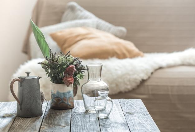 Interior de la casa con elementos decorativos en una mesa de madera.