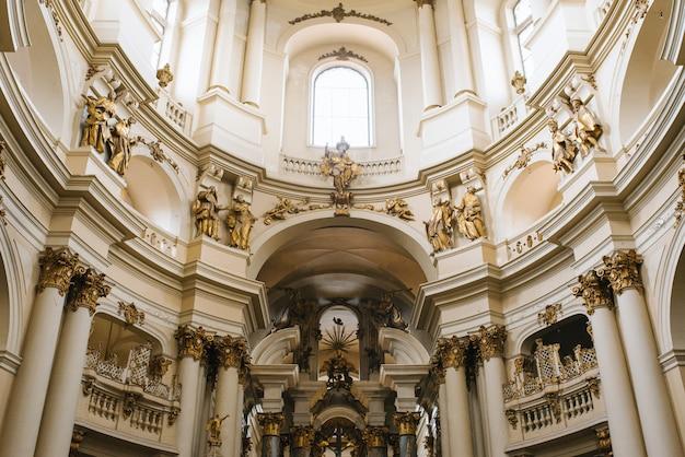 Interior de la catedral dominicana en lviv, ucrania