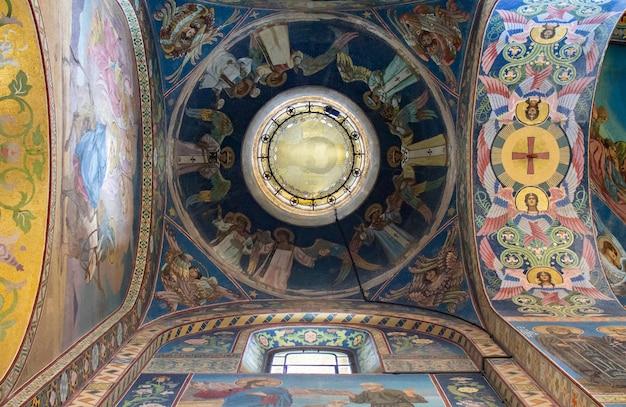 Interior de la catedral de san isaac en rusia.