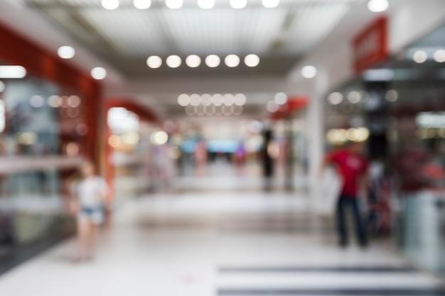 Interior del centro comercial borrosa