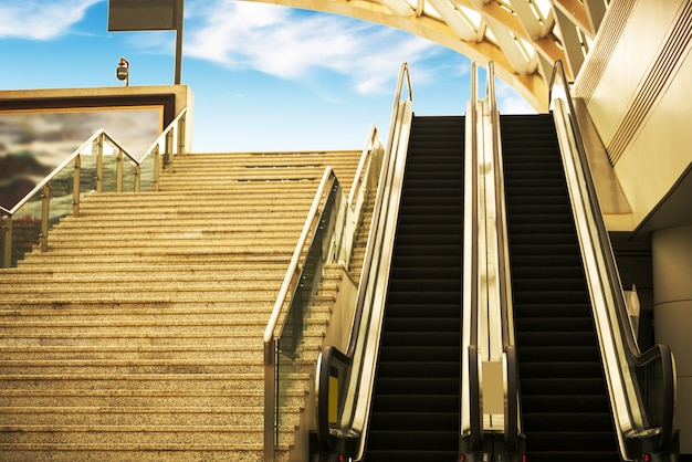 Interior del centro con escaleras mecánicas en el moderno edificio de oficinas