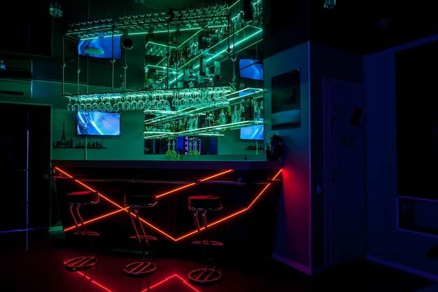 El interior del club privado cerrado en residencial está amueblado de forma moderna, donde los hombres contratan prostitutas para los placeres masculinos. concepto de escorts, prostitución, bailes de regazo, show de striptease. copiar el fondo del espacio