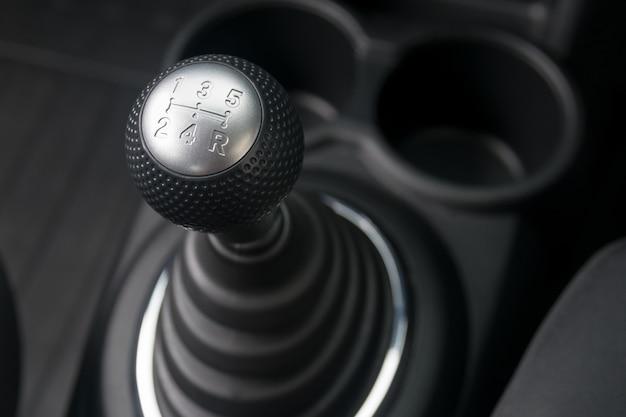 Interior del coche cambio de engranaje de transmisión manual.