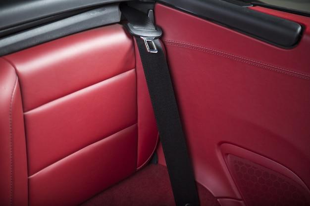 Interior de un coche deportivo de lujo rojo moderno
