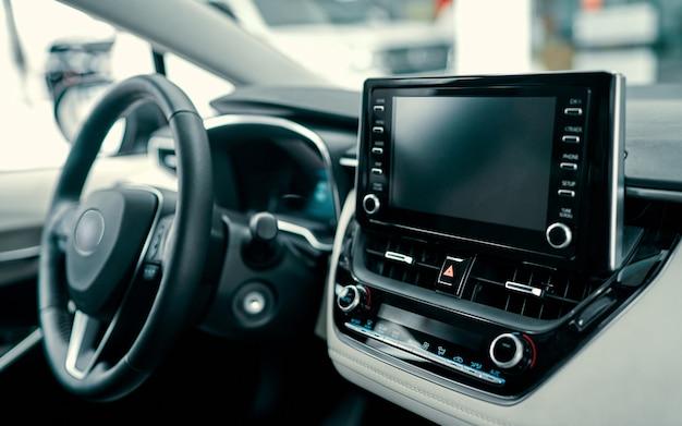Interior del coche de lujo. volante, palanca de cambios y salpicadero.