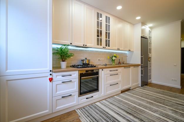 Interior de cocina acogedor moderno y bien diseñado