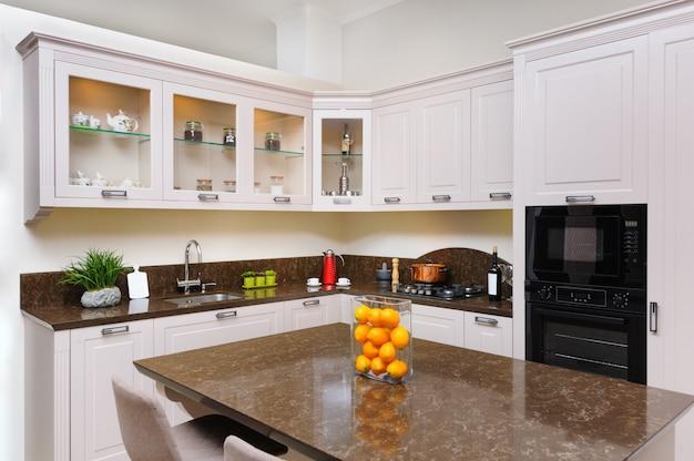 Interior de cocina beige moderno de lujo