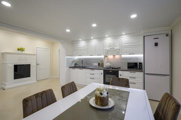 Interior de cocina blanca lujosa moderna