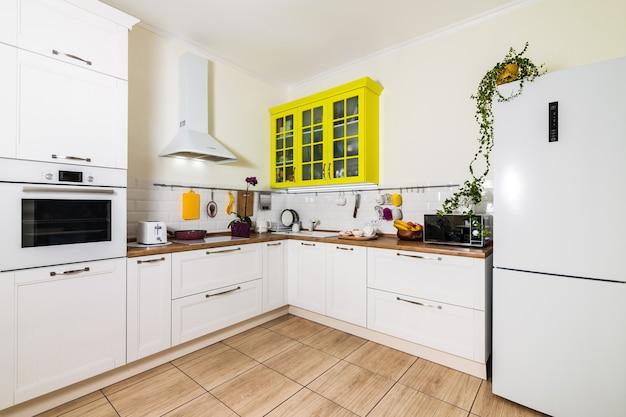 Interior de cocina de estilo escandinavo moderno en color blanco