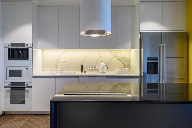 Interior de cocina de lujo con diseño minimalista.
