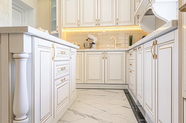 Interior de cocina de lujo de estilo neoclásico