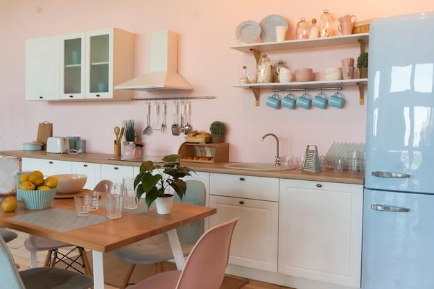 Interior de cocina con mesa de comedor grande en apartamento moderno