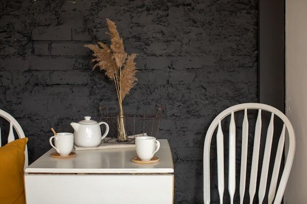 Interior de cocina con mesa y silla.