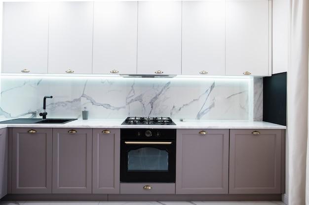 Interior de cocina moderna amueblada