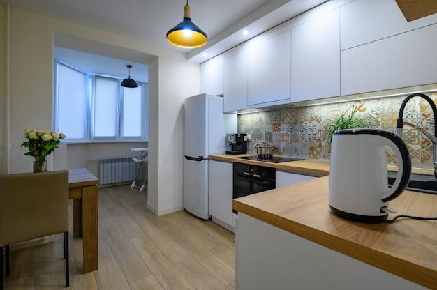 Interior de cocina moderna blanca lujosa