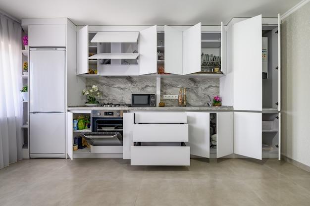 Interior de la cocina moderna blanca sacó algunos cajones