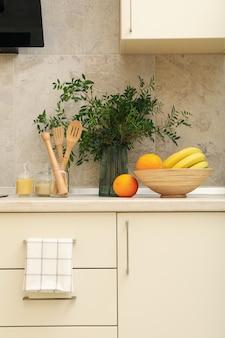 Interior de cocina moderna con diferentes suministros en colores claros