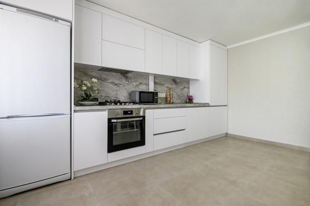 Interior de cocina moderna grande blanco