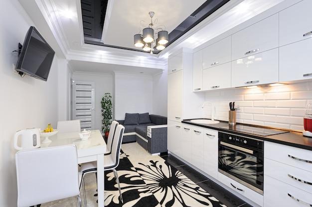 Interior de cocina moderna de lujo en blanco y negro