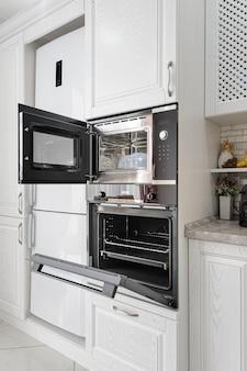 Interior de cocina moderna de madera blanca
