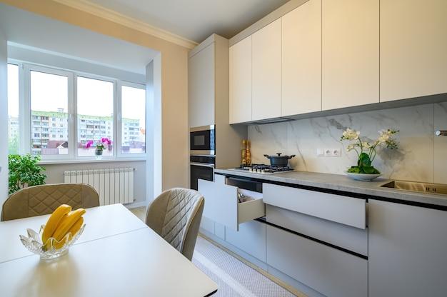Interior de cocina moderno gris y blanco