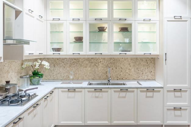 Interior de cocina moderno, luminoso y limpio con electrodomésticos de acero inoxidable en un apartamento de lujo.