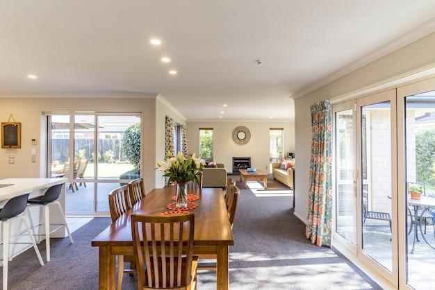Interior con un comedor de oferta de una casa privada moderna