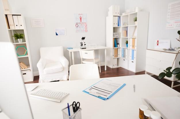 Interior del consultorio de la clínica moderna