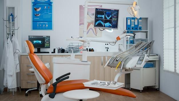 Interior del consultorio dental moderno equipado con rayos x en monitores, lugar de trabajo de ortodoncia de estomatología dentista