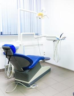 Interior de un consultorio dental nuevo y moderno.