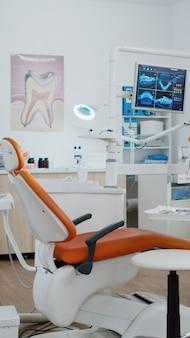 Interior del consultorio de ortodoncia de estomatología dentista con radiografía de dientes en el monitor
