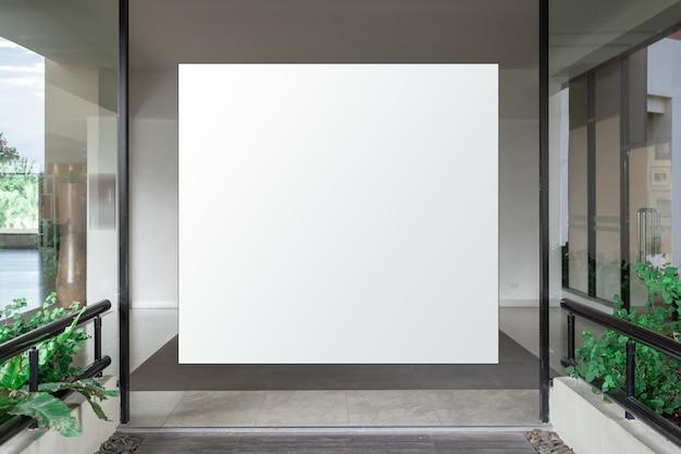 Interior del corredor con pancarta vacía en la pared