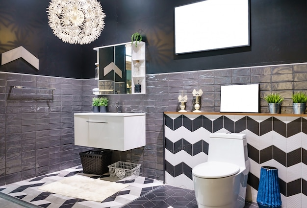 Interior del cuarto de baño con lavabo, grifo y espejo. diseño moderno de baño.
