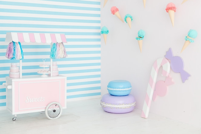 Interior de la barra de caramelo con helado en la pared.